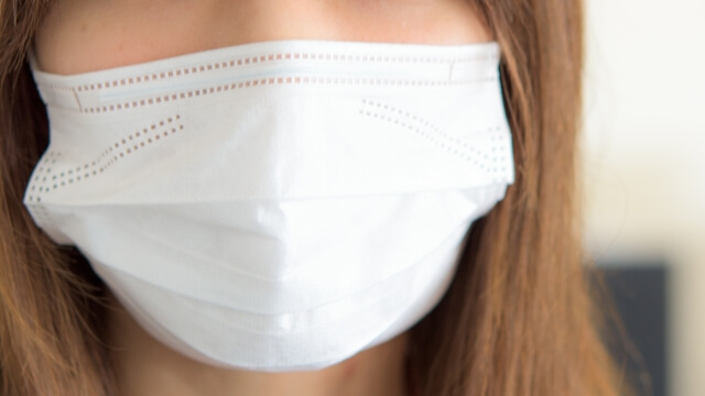 寝る時はマスク着用!乾燥から肌を守ってほうれい線なし!
